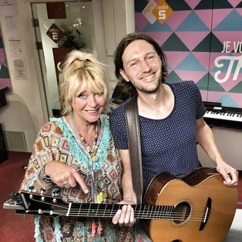 Bowe - Akoestisch optreden op NPO Radio 5 bij Manuela Kemp